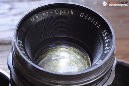 """Meyer-Optik Görlitz Primoplan 58/1,9Meyer-Optik Görlitz Primoplan 58/1,9 - Prosvícení LED svítilnou odzadu zviditelnilo škrábanečky po nešetrném čištění (""""cleanings marks"""") na čelní čočce."""